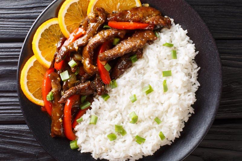 Il manzo asiatico della frittura di scalpore con peperone dolce in salsa arancio della soia è servito con il primo piano del riso fotografia stock libera da diritti