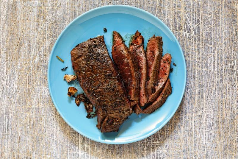 Il manzo, bistecca, carne, ha cucinato, rosmarini, barbecue, bbq, sangue, raccordo, alimento, medium, raro, succoso, pasto, fotografie stock libere da diritti