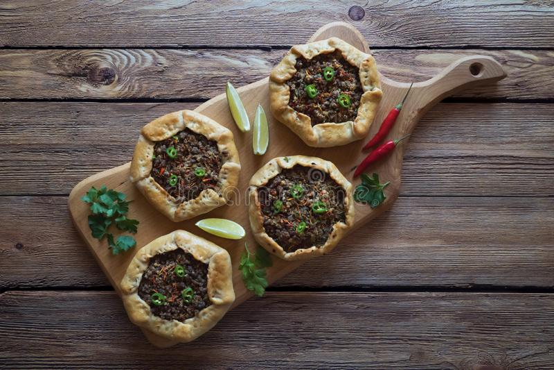 Il manzo trita Sfiha - torte di carne aperte arabe fotografia stock libera da diritti