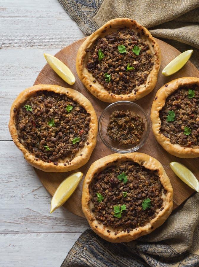 Il manzo trita Sfiha - torte di carne aperte arabe fotografia stock
