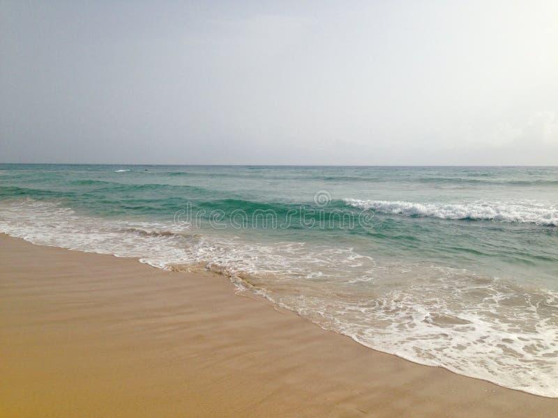 Il mare blu increspa le onde in Cancun Messico sulla spiaggia di sabbia bianca immagine stock