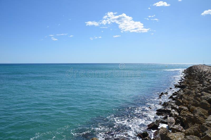 Il mare calmo in Sitges spagna immagine stock