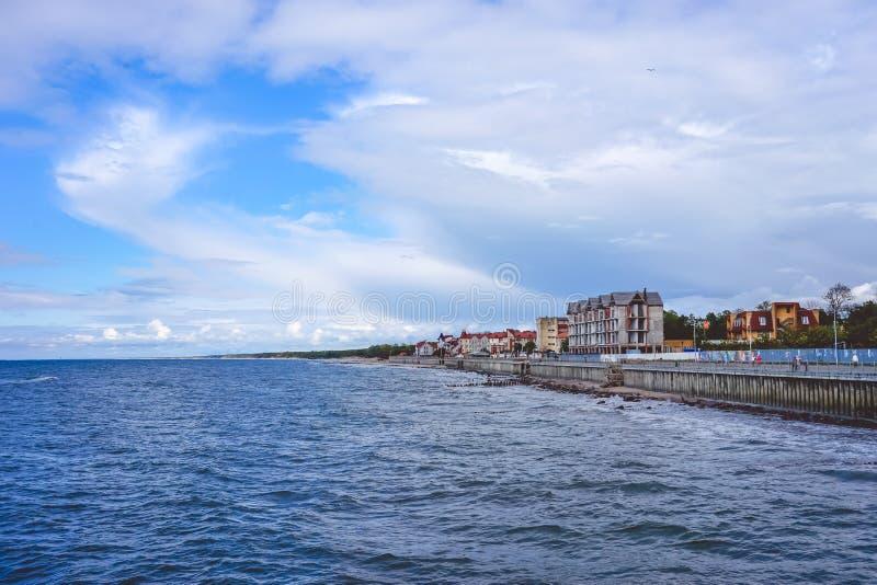 Il mare con la sua passeggiata lunga e la stazione turistica storica di Cranz fotografie stock