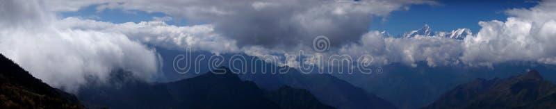 Il mare delle nuvole sul bestiame appoggia la montagna in Sichuan occidentale, Cina immagini stock libere da diritti
