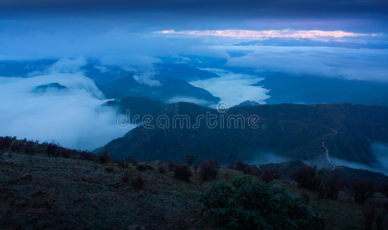Il mare delle nuvole sul bestiame appoggia la montagna in Sichuan occidentale, Cina immagini stock
