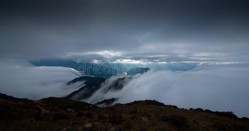 Il mare delle nuvole sul bestiame appoggia la montagna in Sichuan occidentale, Cina fotografia stock