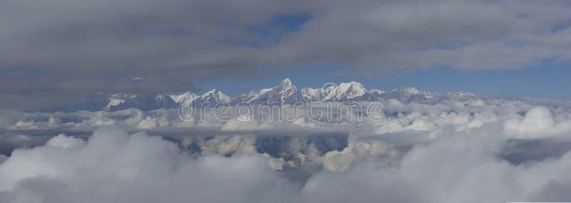 Il mare delle nuvole sul bestiame appoggia la montagna in Sichuan occidentale, Cina fotografie stock libere da diritti