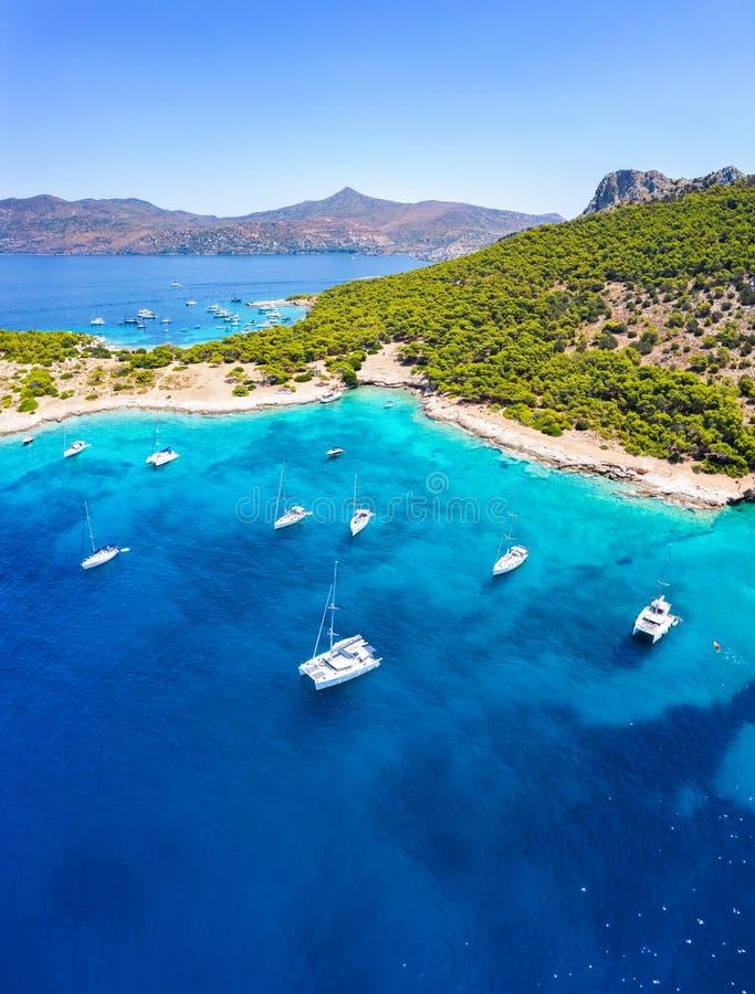 Il mare di Moni all'isola di Aegina con le barche a vela e la gente immagine stock libera da diritti