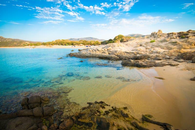 Il mare e le spiagge incontaminate di Chia, Sardegna, Italia immagini stock