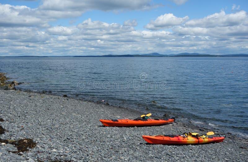 Il mare kayaks su una spiaggia rocciosa nel porto di Antivari fotografia stock