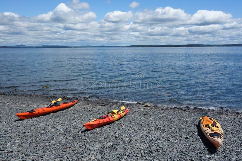 Il mare kayaks su una spiaggia rocciosa nel porto di Antivari fotografie stock libere da diritti