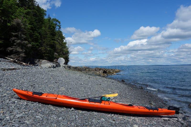 Il mare kayaks su una spiaggia rocciosa nel porto di Antivari fotografia stock libera da diritti