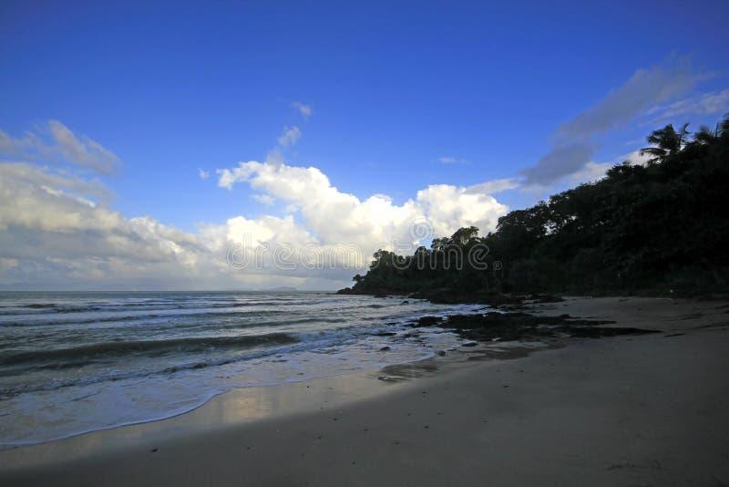 Il mare ondeggia alla spiaggia fotografia stock libera da diritti