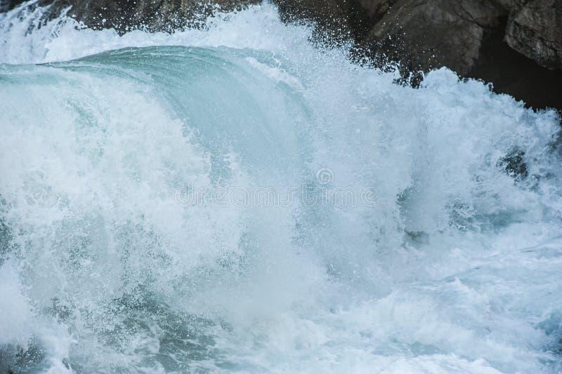 Il mare ondeggia durante la tempesta fotografia stock