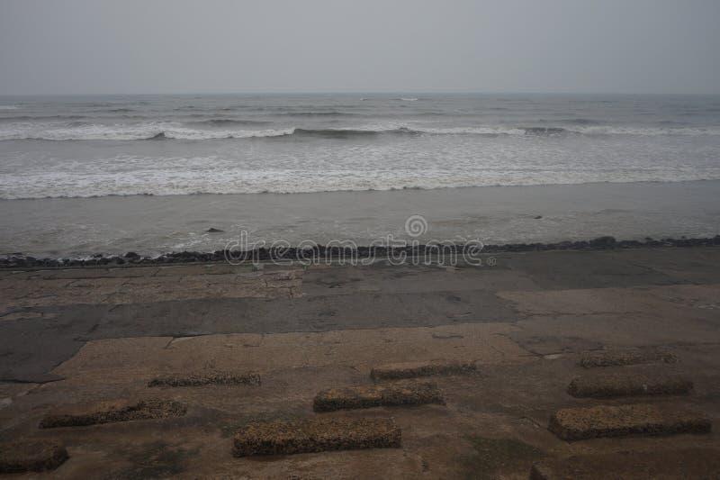 Il mare solo che aspetta il cielo per incontrarsi immagine stock libera da diritti