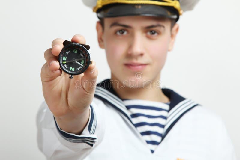 Il marinaio tiene una bussola fotografia stock
