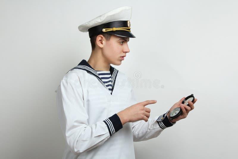 Il marinaio tiene una bussola immagine stock libera da diritti