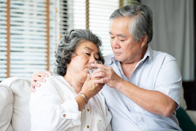 Il marito anziano asiatico si prende cura della moglie immagini stock libere da diritti