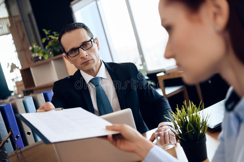 Il marito e la moglie stanno firmando lo stabilimento di divorzio Coppie che passano attraverso le carte di firma di divorzio immagine stock