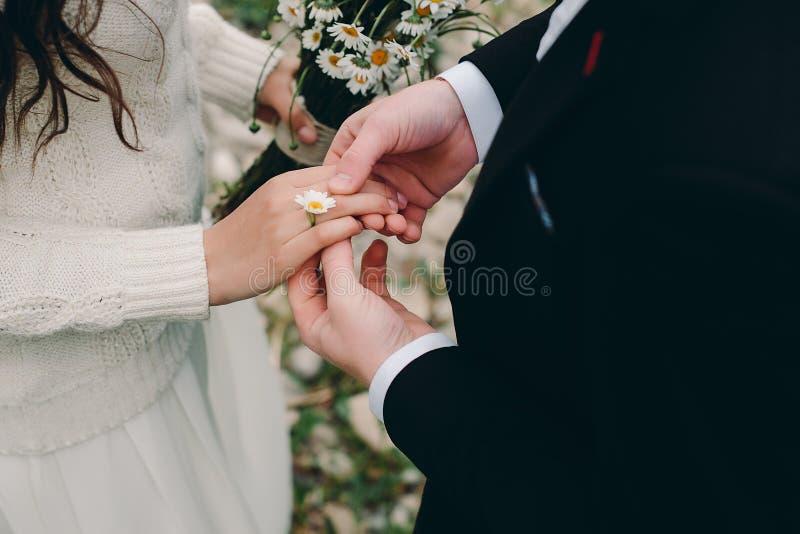 Il marito ha offerto sposare Anello della camomilla immagini stock libere da diritti