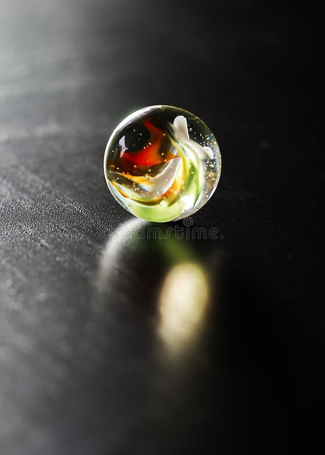 Il marmo di vetro con rosso, bianco e verde turbina retroilluminato immagini stock libere da diritti