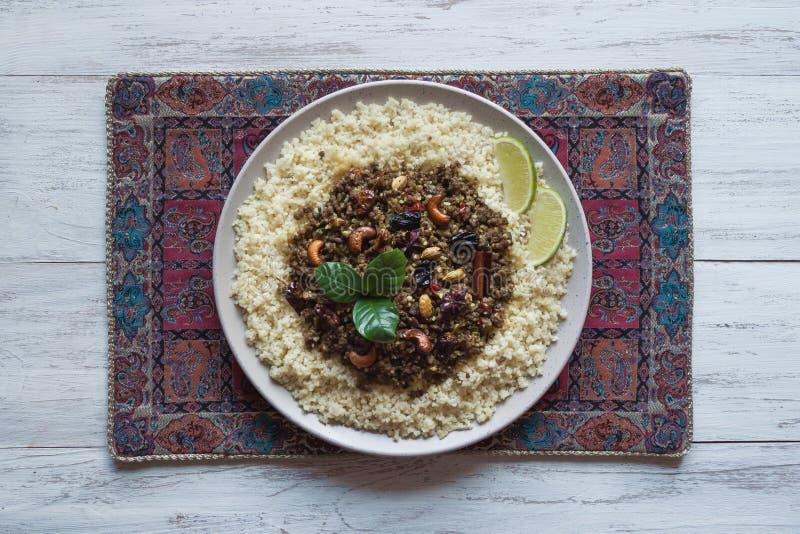 Il marocchino aromatizzato trita con cuscus Vista superiore immagine stock