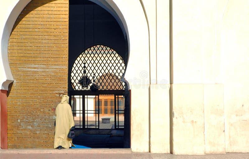 Il Marocco, Marrakesh: Andando alla preghiera immagini stock libere da diritti