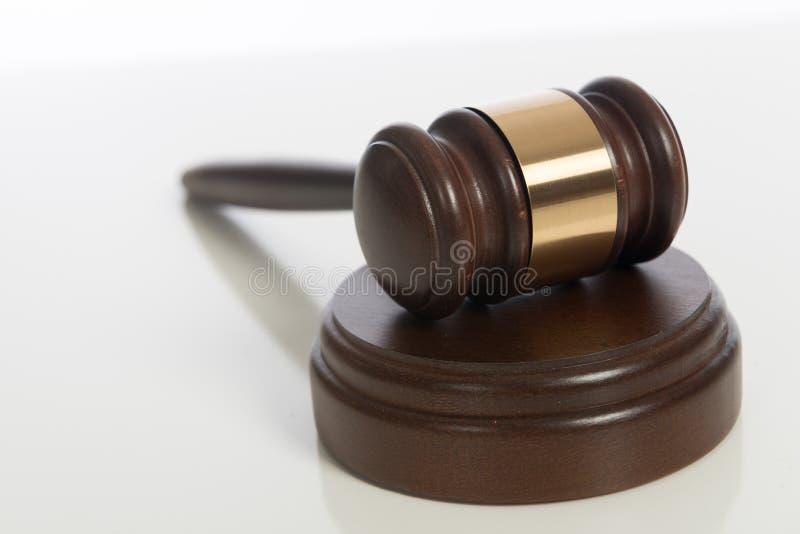 Il martelletto del giudice di legno su bianco immagine stock libera da diritti