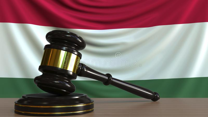 Il martelletto ed il blocchetto del giudice contro la bandiera dell'Ungheria Rappresentazione concettuale 3D della corte ungheres royalty illustrazione gratis