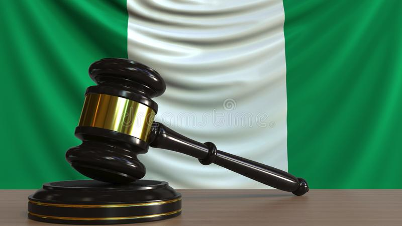 Il martelletto ed il blocchetto del giudice contro la bandiera della Nigeria Rappresentazione concettuale 3D della corte nigerian royalty illustrazione gratis