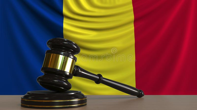 Il martelletto ed il blocchetto del giudice contro la bandiera della Romania Rappresentazione concettuale 3D della corte rumena royalty illustrazione gratis