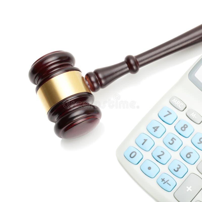 Il martelletto ed il calcolatore ordinato del giudice di legno accanto - colpo alto vicino immagine stock
