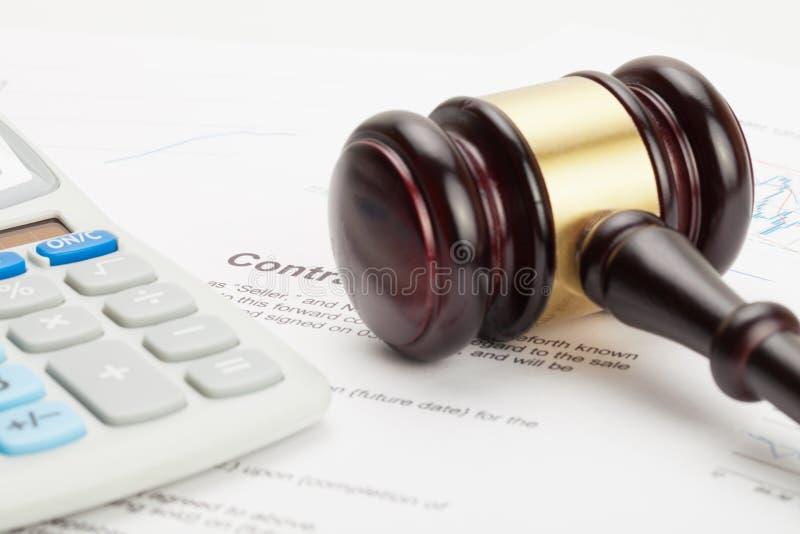 Il martelletto ed il calcolatore ordinato del giudice di legno sopra il contratto immagine stock libera da diritti