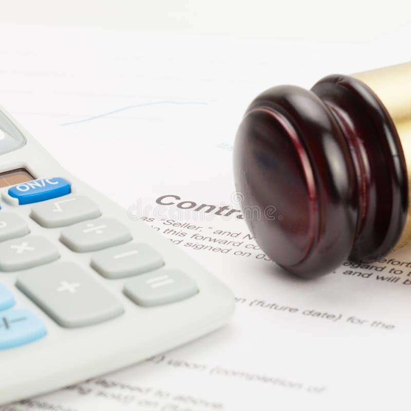Il martelletto ed il calcolatore ordinato del giudice di legno sopra il contratto - colpo alto vicino immagini stock