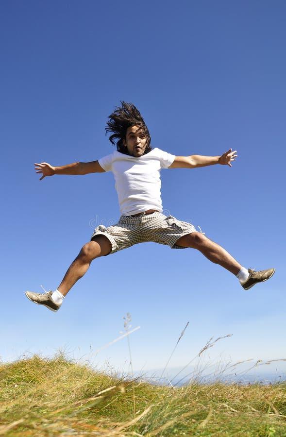 Il maschio che salta per la gioia