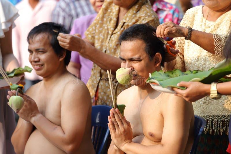 Il maschio cui sia capelli del taglio del monaco per è ordinato fotografia stock libera da diritti