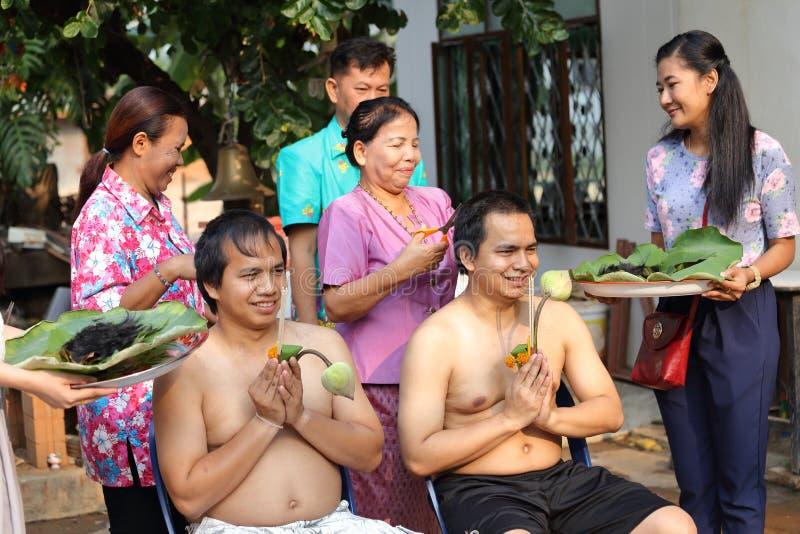 Il maschio cui sia capelli del taglio del monaco per è ordinato immagine stock libera da diritti