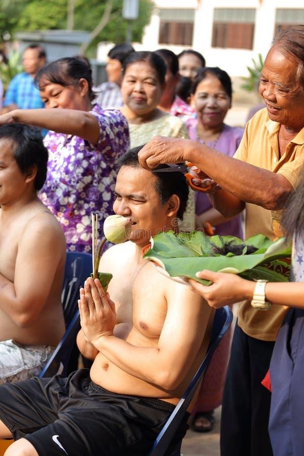 Il maschio cui sia capelli del taglio del monaco per è ordinato immagine stock