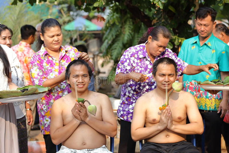 Il maschio cui sia capelli del taglio del monaco per è ordinato fotografia stock