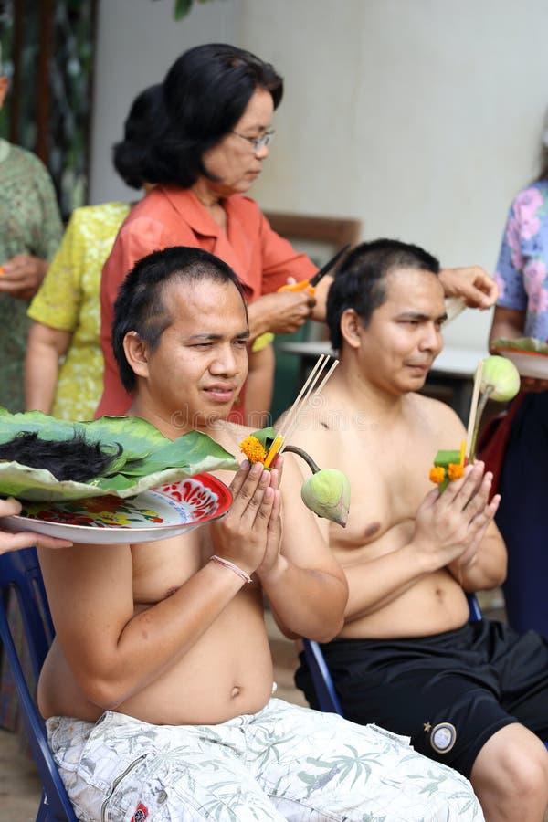 Il maschio cui sia capelli del taglio del monaco per è ordinato fotografie stock libere da diritti