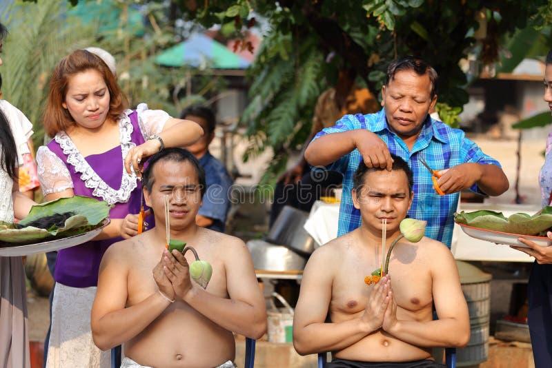 Il maschio cui sia capelli del taglio del monaco per è ordinato immagini stock