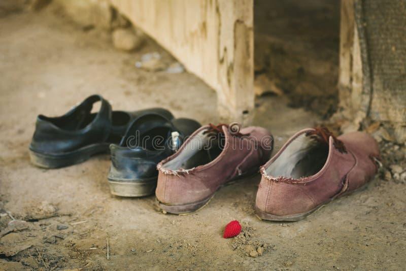 Il maschio e le studentesse decollano le loro scarpe all'entrata anteriore di un cottage abbandonato Concetto del sesso prematrim fotografia stock