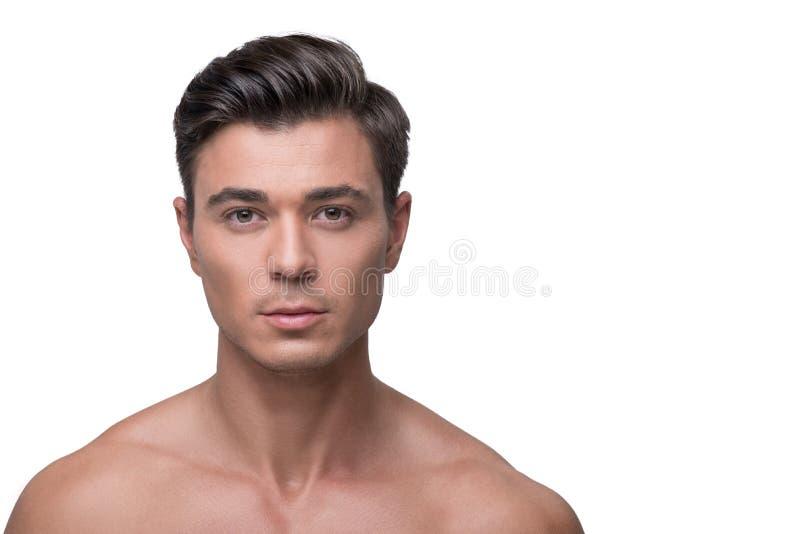 Il maschio giovanile attraente sta esprimendo la fiducia fotografia stock libera da diritti