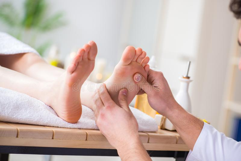 Download Il Massaggio Del Piede In Stazione Termale Medica Immagine Stock - Immagine di alternativa, bello: 117975243