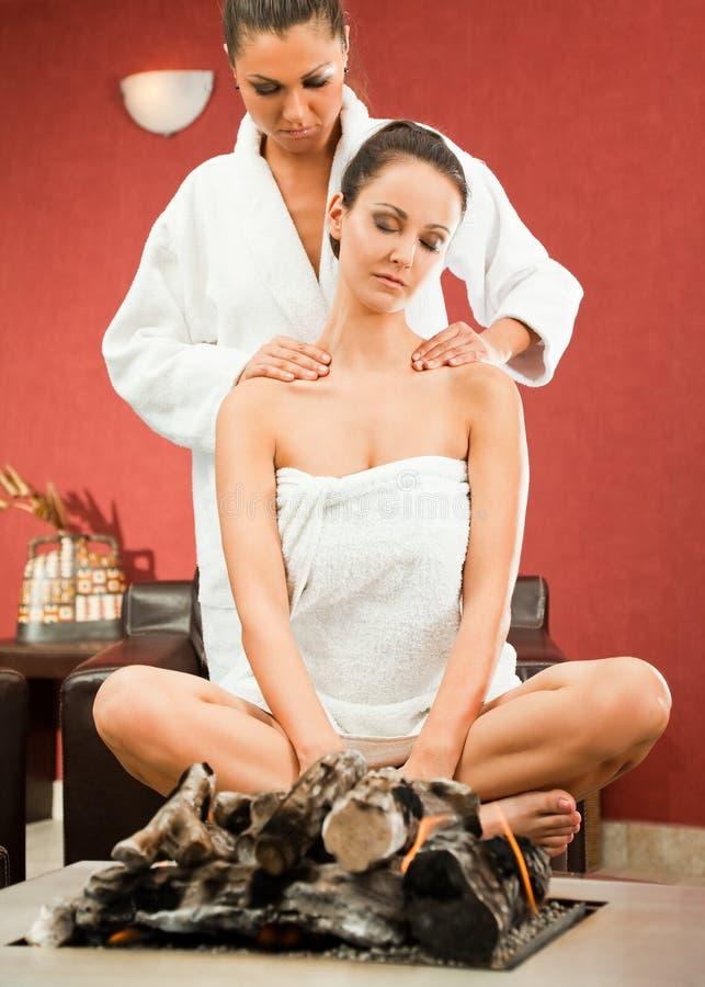 Il massaggio femminile si distende la stazione termale immagini stock