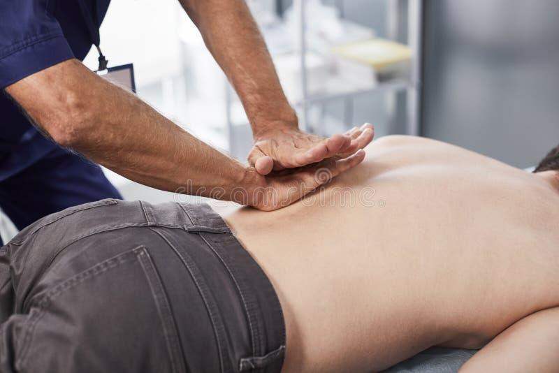 Il massaggio terapeutico speciale della regione lombare è necessario per il paziente fotografie stock libere da diritti