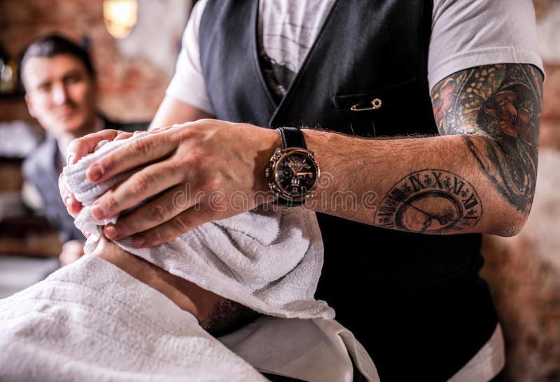 Il Master apporta la rettifica delle barbe nel salone del parrucchiere Chiuda sulla foto fotografie stock