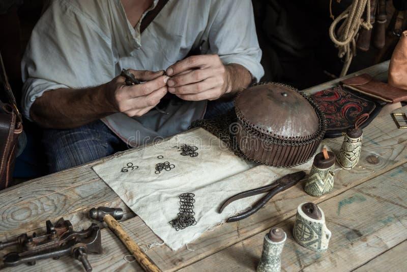 Il Master tesse la posta a catena dagli anelli del metallo Dragon Scales immagini stock