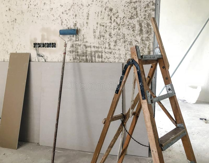 Il materiale per le riparazioni in un appartamento è in costruzione ritoccando la ricostruzione ed il rinnovamento immagini stock
