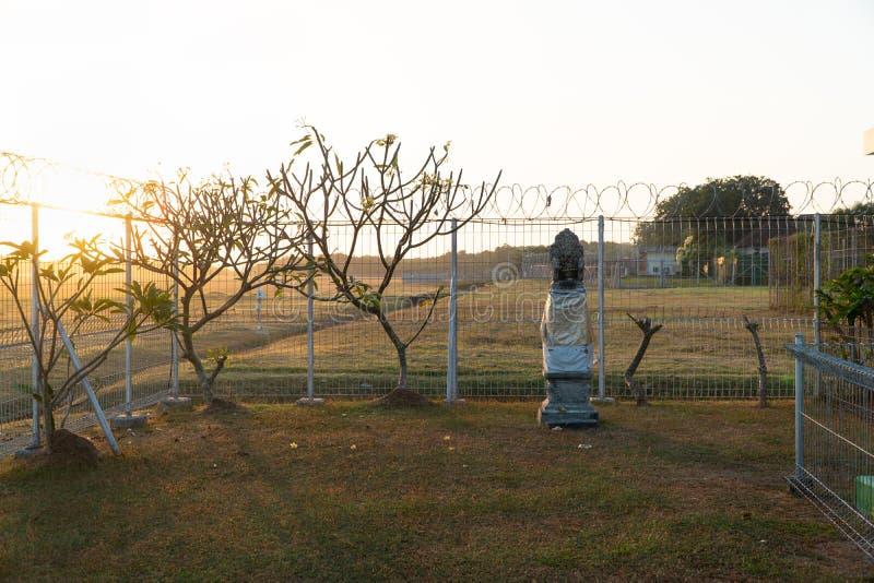 Il mattino si alba in un luogo circondato da guardrail a spillo C'è un luogo di culto per gli indù in una vasta area di fotografia stock
